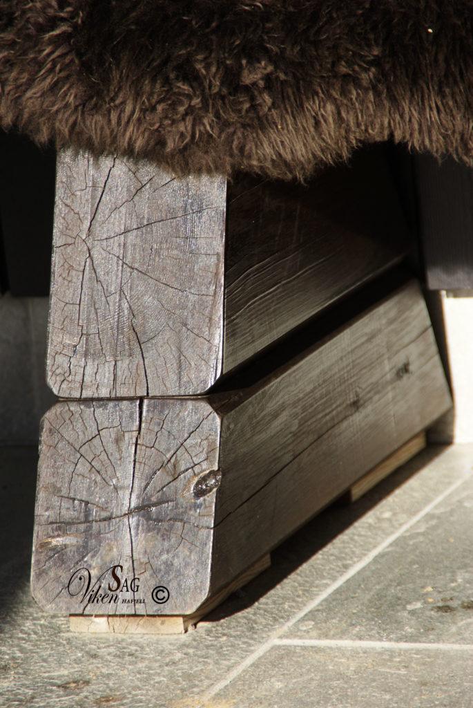 En stilfull utebenk i furu produsert av Viken Sag Hafjell